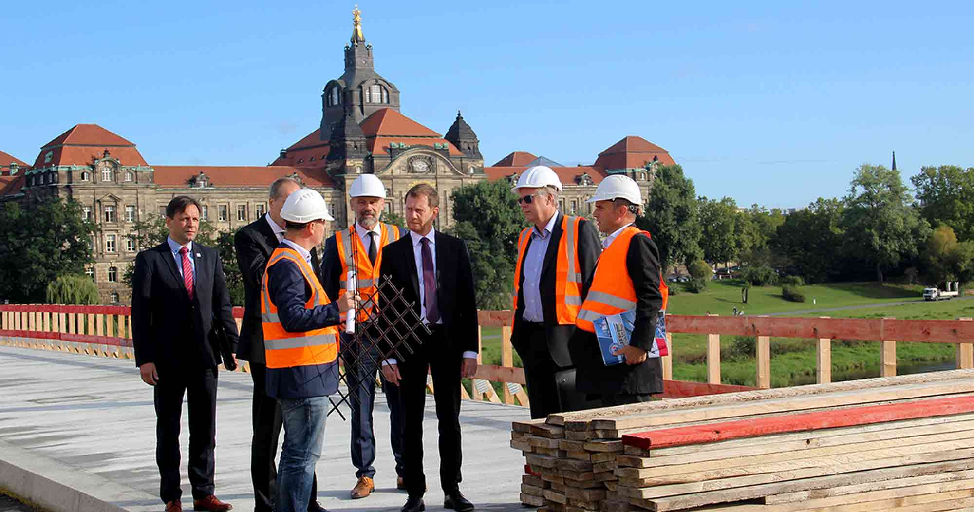 Ministerpräsident Michael Kretschmer besucht Hentschke Bau auf der Carolabrücke - mit Blick auf die Staatskanzlei